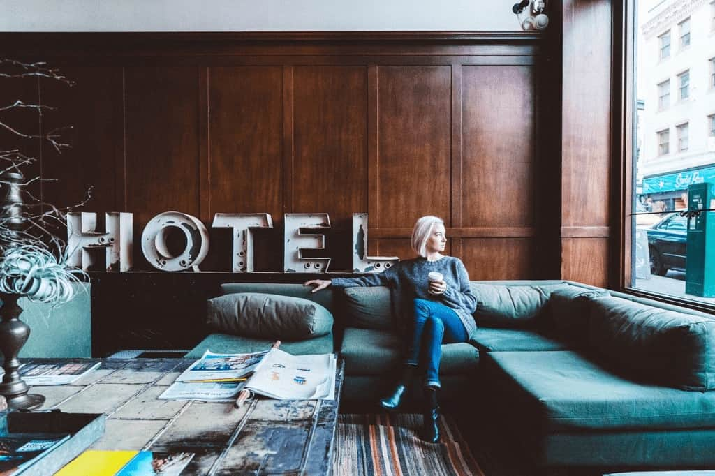 persona-en-hotel